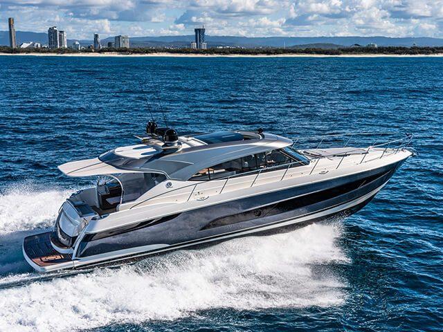tpRiviera-5400-Sport-Yacht-Platinum-Edition-Running-05
